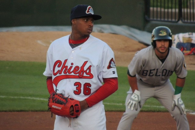Peoria Chiefs SP Luis Perdomo on the mound, with Beloit Snappers LF Joe Bennie taking a lead off first base.