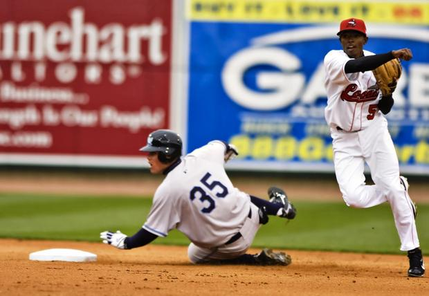 Dee Gordon turns a double play for the Great Lakes Loons during the 2009 season. (Photo by Octavian Cantilli/Bay City Times)